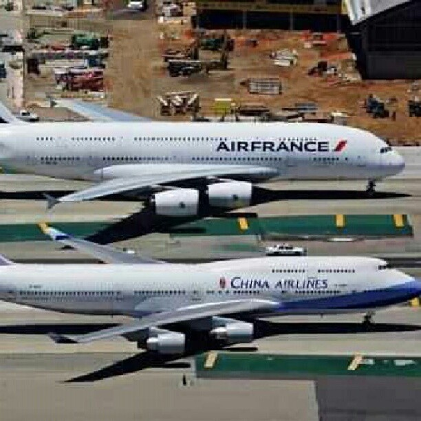 boeing 747 Airbus A380 dois gigantes: Airplanes Boeing747, Aircraft, Airbusa380 Boeing, Airbus A380 ️, Flying Machine, Air Planes, Boeing747 Airbusa380