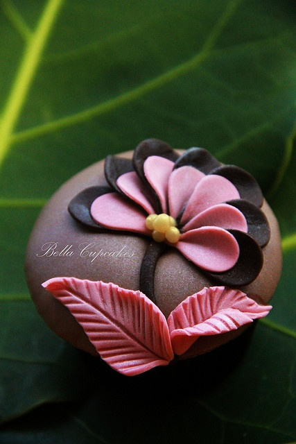 Beautiful #Flower detail #Cupcake! Looks so pretty! We love and had to share! Great #CakeDecorating!: Flower Cupcake, Beautiful Cupcake, Fondant Cupcake, Cup Cake, Cupcake Design, Cupcake Idea, Fondant Flower