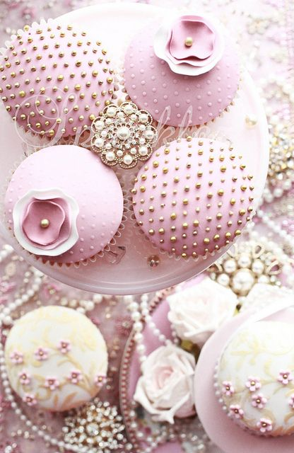 pretty in pink cupcakes: Cup Cakes, Pretty Cupcakes, Sweet, Cupcakes Wedding, Vintage Cupcake, Pink Cupcakes, Mini Cakes, Pink And Gold Cupcake