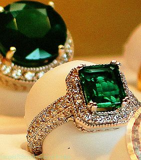 Note to my beloved: When in fact you want to pop the question. lol! I want an old Antique emerald ring..... Total would go with my red hair.: Emerald Diamond Rings, Emeralds, Idea, Diamonds, Jewellery, Jewelry, Emerald Rings, Engagement Rings, Vintage Sty