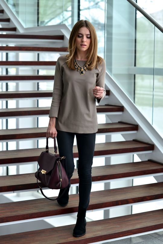 Slim black pants, black shoes, plain solid long sleeved top, statement necklace: Simple Outfit, Casual Friday Work Outfit, Casual Office Outfit, Fall Work Outfit, Statement Necklaces, Office Work Outfit, Casual Work Outfit, Work Outfits, Stylish Outfit