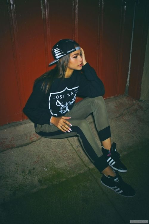love this look, hat, sweatshirt, 2 color skinny leggings and sneakers: Zendaya Coleman, Outfits, Fashion, Swag, Clothes, Street Style, Styles, Closet, Wear