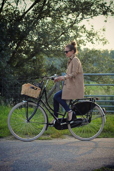 Biking with the trench.: Cycle Chic, Bicycles, Fashion, Bike Riding, Street Style, Outfit