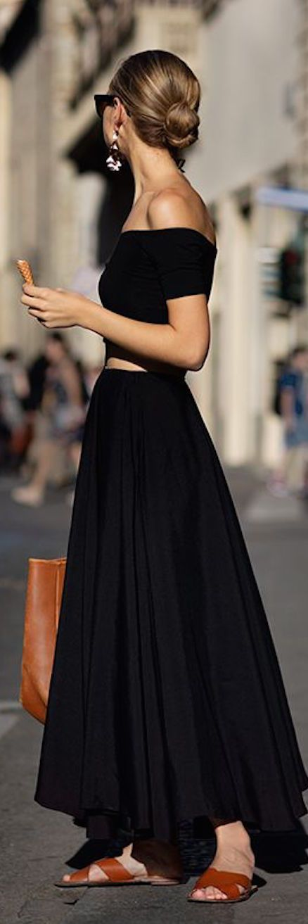 You'll look like you stepped off the streets of Rome with this simple but stunning street style: Maxi Skirts Outfit, Black Crop Top, Black Maxi Dress, Crop Top Dress, Black Summer Dress, Casual Summer Outfit, Black Maxi Skirt Outfit, Crop Top Outfit,