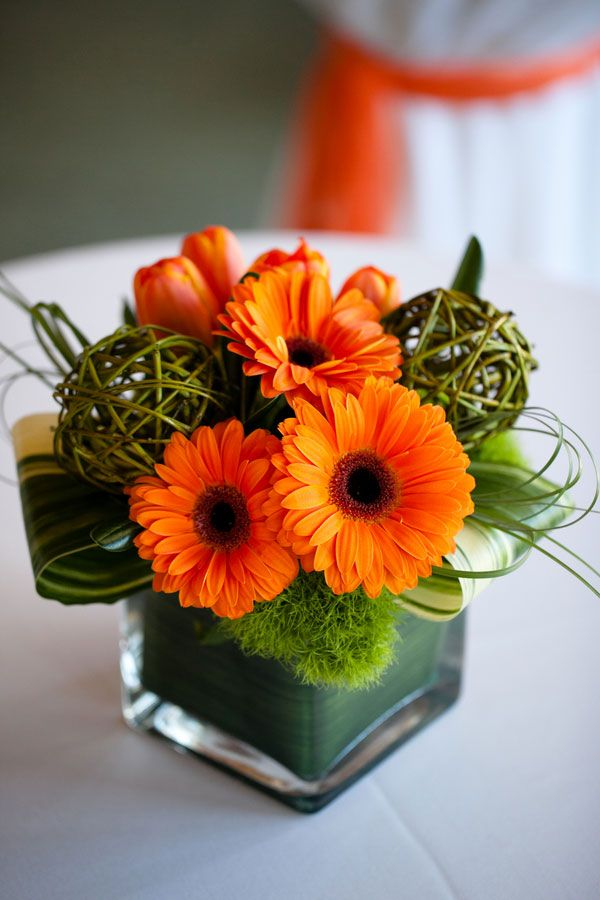 L'arrangement que je vais mettre dans la série de vases carrés. J'y ajoute une petite fleur/bouton jaune.: Orange Flower Arrangement, Daisy Flowers, Fall Flower Arrangements, Daisies Flowers, Flower Arrangements Fall, Orange Floral Arrangements, O