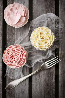 Vanilla cupcakes w/buttercream icing (recipe). Use a wilton 127 petal tip to achieve these looks. Simple!: Recipe, Vanilla Cupcakes, Wilton Tips, Buttercream Roses, Food, Cup Cake, Rose Cupcake, Flower Cupcakes, Pretty Cupcake