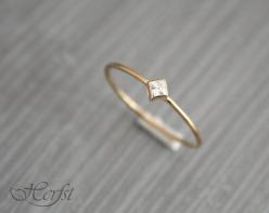 A real present for yourself or someone else! This lovely tiny 14k solid golden ring with a wonderfull diamond. Its handmade of 1mm wire.: Diamond Rings, Diamond Wedding Rings, Etsy, Diamonds, Gold Rings, Handmade, Ring Engagement, Engagement Rings