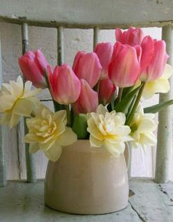 Another photo of a centerpiece that I want to duplicate in the future:  Just tulips & daffodils....: Centerpiece, Spring Flowers, Flower Arrangements, Beautiful Flowers, Daffodils, Floral Arrangements, Tulips, Garden