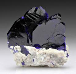 Azurite has a transformative quality that stimulates an increase in communication skills, intuition, creativity and inspiration. Good for students studying for an exam. peace MRL: Crystals Minerals Gemstones, Azurite Crystal, Gems Minerals, Gemstones Rock