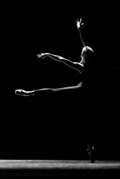 Ballerina, bold and dynamic,                                                    surpassing the limits: Dance Dance, Black And White, Ballerinas, En Pointe, Ballet Art, Dance Pointe, Dance