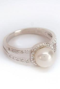 Elegant Freshwater Pearl Ring In White. Love this!!...i would totally accept this as an engagement ring..love me my pearls: Freshwater Pearl, Pearl Wedding Ring, Pearl Rings, Pearl Engagment Ring, Pearl Engagement Ring, Pearl Diamond Ring, Simple Pearl Ri
