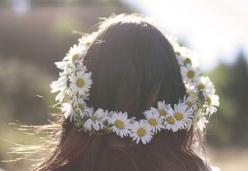 flowers in her hair: Girl, Style, Flower Crowns, Hairs, Wedding, Daisies, Daisy Chain, Flowers