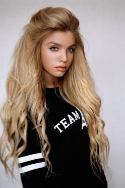 Great haircolour for a natural blonde/light brown Light Spring. Easy upkeep. When blonde gets too white, the skin pales and doesn't look as healthy. Love this. The black does nothing for this girl.: Hairstyles, Idea, Hair Styles, Blonde Hair, Haircolo