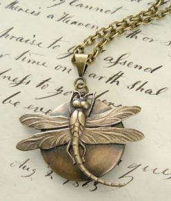 I love the antique feel of this particular piece of dragonfly-inspired jewelry.: Dragon Flies, Dragonflies Libellules, Dragonfly Jewelry, Dragonfly Women S Jewelry, Dragonfly Inspired Jewelry, Brass, Necklaces, Polymer Clay