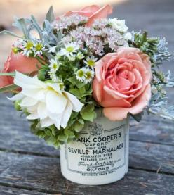 Jarrón hecho con un frasco de mermelada antiguo | Vintage marmelade jar as vase #primavera #Lizarran: Vintage Flower, Centerpiece, Vintage Tins, Wedding Ideas, Flower Arrangements, Wedding Flowers, Pretty Flowers, Floral Arrangements