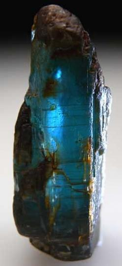 Kyanite is an energy connector and a transmitter all in one.It channels pathways for light frequencies and codes to be downloaded from the higher realms into the human energy system.It activates the causal chakra, also known as the fourth eye,located at t