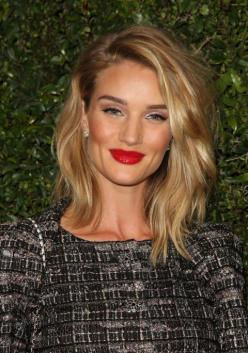 Piece-y layers usually parted on the side that fall gently on the shoulders like Rosie Huntington-Whiteley are the look of the season.: Rosie Huntington Whiteley, Haircuts, Long Bob Haircut With Layer, Fall Hair Cut, Hair Makeup, Hairstyle, Mid Lengths, H