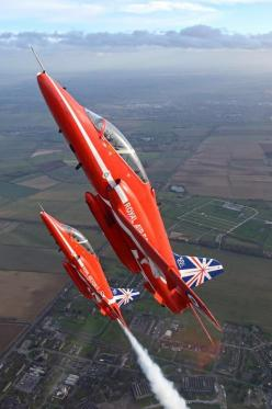 Beautiful shot of the Red Arrows.: Planes Trains Helis Fighters, Planes Jets Aircrafts, Favourite Planes, Military Aeroplanes, Aviation Raf Red Arrows, Raf Planes, Jet Aeroplanes, Sky Jets Planes