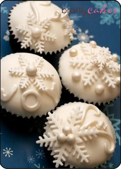 Elegant holiday snowflake cupcake idea ... chocolate cupcakes, peppermint flavored frosting.  Snowflakes and pearls could be made from fondant or I might experiment with white chocolate.: Holiday, Winter Cupcakes, Snowflakes, Cup Cake, Pretty Cupcake, Chr