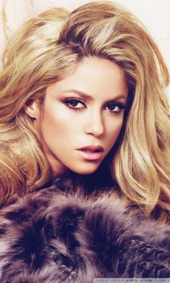 Shakira with great hair and makeup. Again, she is my hair hero!  Big, long hair rocks!: Great Hair, Beautiful Women, Long Hair, Hair Makeup, Hair Rocks, Hair And Makeup, Hair Color, Hair Extensions