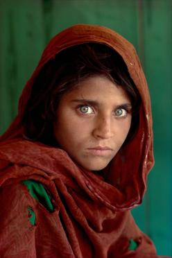Steve McCurry's fantastic shot of a girl in Peshawar, Pakistan. Known from one of the most famous covers of National Graphic.: Photos, National Geographic, Stevemccurry, Steve Mccurry, Smiling Juice, Photography, Eye