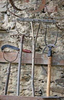 Allerlei werkmateriaal voor op de boerderij.: Garden Tools Frogs Sprinklers, Minimum Tools, Gardening Tools, Antique Tools, Gardening Goods, Farm Tools, Countrylife, Indoor Tools