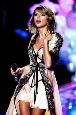 I love, love, love this one but it's not in the victor secret website. :(    4      5: Taylor Swift, Taylorswift, Girl, 2014, Posts, Vs Fashion Shows, Victoria S Secret, Victoria Secret Fashion