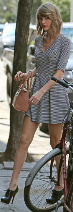 Long sleeve black and white striped dress + black heeled brogues and nude Prada handbag: Chic Outfit, Taylor Swift Fashion Style, Street Style, Swiftie, Taylor Swift Outfits, Beauty, Taylor Swift Hair, Taylor Swift Style
