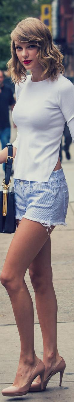 Oh my gosh! She looks soooo pretty. Just her hair, eyes and lips and top and jean shorts and bag and heels. Taylor is perfection: Jean Shorts, Taylorswift ️, Hair Taylor Swift, Taylor Swift Bang, Taylor Swift Hairstyles Short, Bag, Taytay, Eye, Top