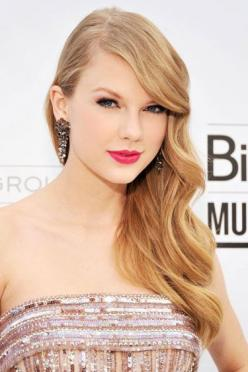 Taylor Swift at the 2009 Academy of Country Music Awards - Taylor Swift Beauty and Hair Photos - Harper's BAZAAR: Taylorswift, Makeup, Country Music, Taylor Swift Hairstyles, Beauty Transformation, Billboard Music Awards, Bright Pink Lips