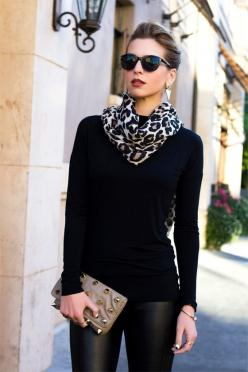Using animal print scarf to brighten up monochromatic black outfit ... for fair skinned people: Fashion, All Black, Street Style, Black Outfit, Animal Prints, Scarf, Fall Winter