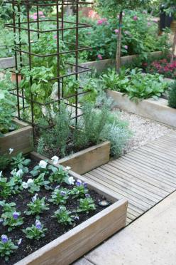 You could make the planters different heights and decorate with plastic wrought iron stair steps or half circles: Garden Ideas, Edible Garden, Tomato Cage, Kitchen Garden, Raised Garden, Vegetable Garden