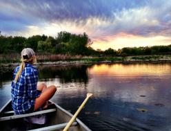 I pinned this because I love the country so much! Its gorgeous and so tranquil, it makes me feel set and calm, which is a feeling I don't feel so much considering school has started.: Senior Picture, Countrygirl, Country Girl, Sunset, Lake Life, Relax