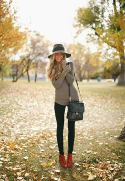 Love this -laid back, yet still exceptionally fashionable- look.. wondering where her legs are though..: Falloutfit, Fall Style, Felt Hat, Fall Outfits, Fall Fashion, Winter Fashion, Fall Winter