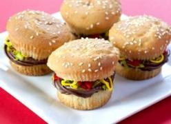 """Juicy Lucy"" Burger Cupcakes. These are made with plain cupcakes, coconut, and three kinds of frosting. Seems like a wonderful way to freak out family, friends, co-workers, etc.: Sweet, Recipe, Food, Hamburger Cupcakes, Burgers, Cupcake Idea, Juic"
