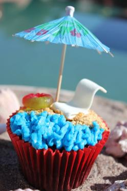 Beach Cupcakes using a stick of gum, a lifesaver, icing, and an umbrella! Not as hard as it looks!: Beaches, Food, Cakes Cupcakes, Cupcake Ideas, Ideas Cupcakes, Maddycakes Muse, Party Ideas, Beach Cupcakes