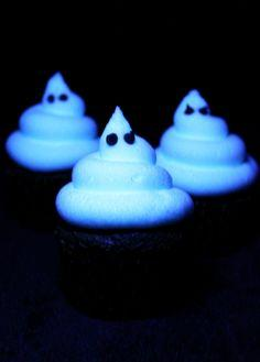 Glow in the dark frosting... the trick is using Tonic water! Surprise the kids with this cool idea!