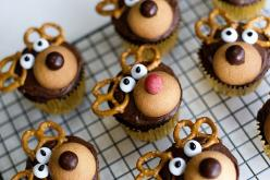 Reindeer cupcakes . Bake cupcakes of your choosing. 2. Frost with chocolate frosting. 3. Top with pretzels for the antlers, a Nilla Wafer for the face, white M for the eyes (or any other type of white candy), black icing for the eyeballs, and brown and re
