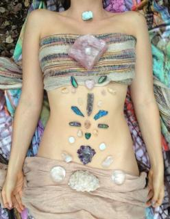 Laying healing crystals on your body immediately shifts you into a different state. It helps to draw out negative energy, unblock stagnant energy and encourage a smooth flow of energy throughout your body. #crystals: Healing Grid, Healing Crystal Grid, He