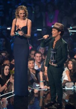 No wonder bruno mars was locked out of heaven he couldn't reach the freaking doorknob: Short, Brunomars, Taylor Swift, Taylorswift, Funny Stuff, Funnie, Bruno Mars