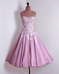 .Sometimes we need to get back to the graceful beauty that seemed to surround the women of years past.: 50 S Dresses, 1950S Dresses, Vintage Dresses, Vintage Fashion, 1950 S, Vintage Style, Vintage Clothing