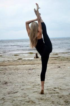 Lose weight with these 8 yoga poses (plus getting your yoga butt). Free download of your yoga starter kit at www.SherwinFitnessTips.com/tips/yoga: Body, Beaches, Inspiration, Weight Loss, Fitness Motivation, Health, Dance, Beach Yoga, Workout
