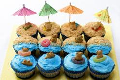Perfect for a pool party or beach-themed party!  Actually, I might do this with the kids to celebrate the first day of summer- last day of school!: Cup Cakes, Beach Bear, Birthday, Beaches, Summer Cupcake, Party Ideas, Bear Cupcakes, Dessert, Beach Cupcak