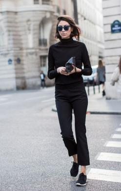 so chic. back to black. Paris.: Black Sneakers Outfit, Black Nike Outfit, Black Streetstyle, Casual Black, Black Turtleneck, Street Styles, All Black Outfit With Sneakers, Fall Winter, Black Trousers Sneakers