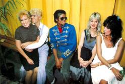 Bette Midler, David Bowie, Michael Jackson, Cher and her sister.: Davidbowie, Michaeljackson, Expensive, Michael Jackson, Betting Funds, David Bowie, People, Photo