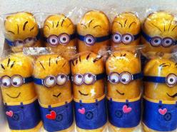Make Twinkie minions in the package. Print out overalls and googles to glue on.  Draw mouth and hair with marker.  Oh, MY!!: Twinkie Minions, Minion Twinkie, Valentines, Minion Treat, Minion Valentine, Minion Party Idea, Valentine S, Party Ideas