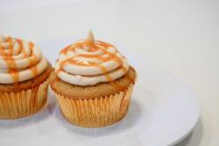 Butterbeer cupcakes... supposed to taste like a buttery cream soda cake-  filled with butterscotch ganache and topped with butterscotch buttercream.: Butterbeer Cupcakes Yes, Sweets, Cupcake Recipes, Lie Cupcakes, 12 Recipes, Romance, Recipes Cupcakes, De