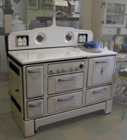 This white Wedgewood features just a touch of blue on the handles. Circa 1935.: Wedgewood Stove, Vintage Stoves, Vintage Kitchens, 1935 White, Kitchen Stove, Antique Stoves, 1935 Wedgewood, Retro Stove