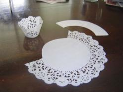 """DIY:  Cupcake Wrapper....use a 10 inch doily.  The template is 8.5"""" from tip to tip and 2 inchs wide. I took a cupcake liner and cut off the bottom, slit the side and laid it down on paper. Very simple.: Cupcake Wrappers, Craft, Lace Cupcake, Cup Cake"""