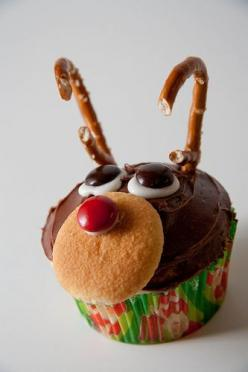adorable reindeer cupcakes!  Nilla wafer and M&M; for nose. Icing and M&Ms; for eyes. Pretzels for antlers.: Christmas Food, Kindergarten Christmas Snack, Easy Christmas Cupcake Idea, Holiday Food, Cupcake Ideas, Rudolph Cupcake, Reindeer Cupcakes